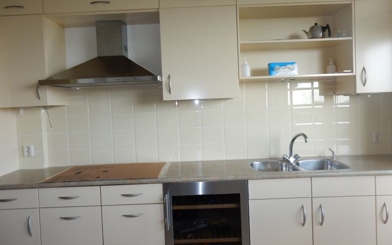 Wandtegels Keuken Modellen : Grote tegels achterwand keuken